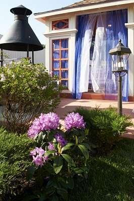 Беседка с террасой для дикого сада